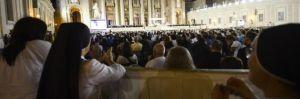 Popolo di tutte le nazioni orante e adorante per la Pace ieri sera in Piazza San Pietro ( fonte il Giornale)